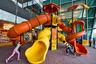По всему аэропорту расставлены полноценные детские игровые площадки с горками и качелями.