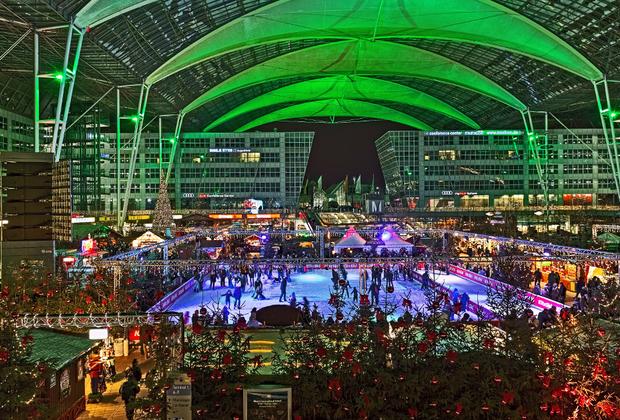 Аэропорт Мюнхена — один из крупнейших хабов Европы, в котором даже длительная стыковка пройдет на ура. Главное—правильно выбрать время года, ведь на Рождество во внутреннем дворе одного из терминалов организуется ярмарка пива и заливается каток.