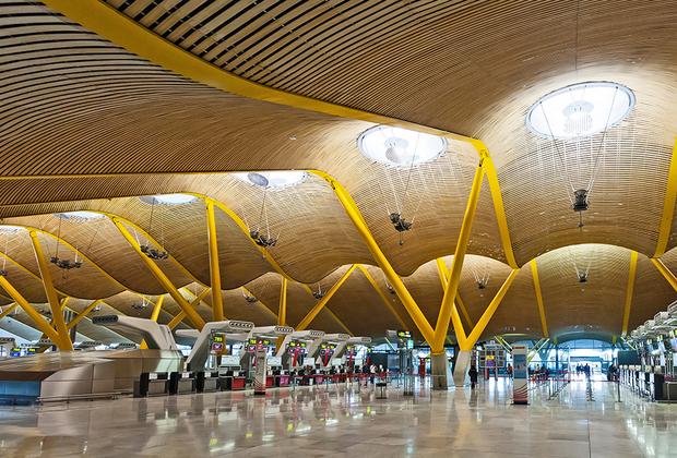 Аэропорт Мадрид-Барахас имени Альфонсо Суареса — воздушные ворота Европы в Латинскую Америку. По загруженности он занимает четвертое место в Европе. Барахас знаменит дизайном новых терминалов, открытых в 2006 году. Архитекторы и инженеры получили за него несколько престижных наград.
