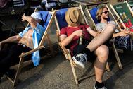 Отдыхающие на набережной Шпрее в жаркий летний день. Берлин, Германия