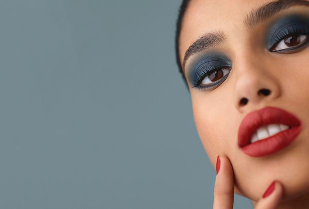Лицом осенней коллекции макияжа Chanel стала голландская модель египетско-марокканского происхождения Имаан Хаммам (Imaan Hammam): на ее смуглой коже насыщенные синие тени и ярко-алая помада смотрятся особенно выигрышно.