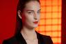 Осенью 2018 года Giorgio Armani предлагает сдержанный, почти нейтральный макияж глаз и щек с явным акцентом на губы.