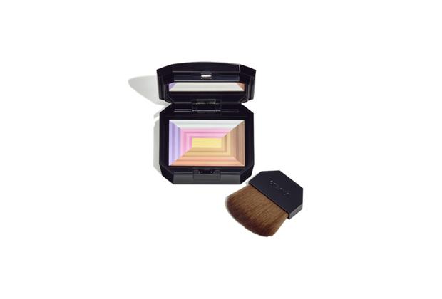 Многофункциональная пудра с эффектом сияния на основе семи разных оттенков. В ее основе — классические пудры Shiseido Rainbow Powders. Средство подходит для любого тона кожи и придает ей свежий вид и сияние. Впитывается сразу после нанесения и создает незаметное покрытие.