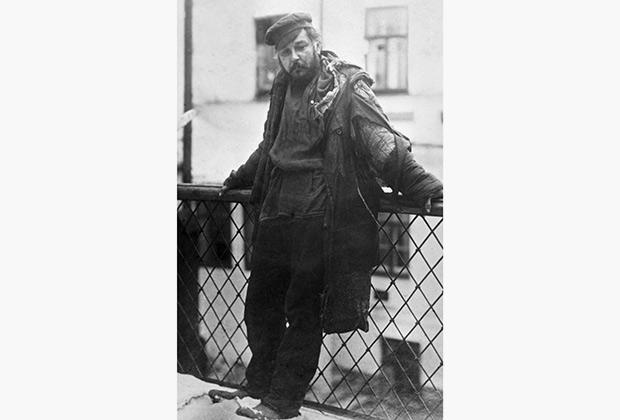 Нищий — художественная фотография конца XIX века. Максим Горький рекомендовал этот снимок как образец для создания костюма и грима Барона в пьесе «На дне»