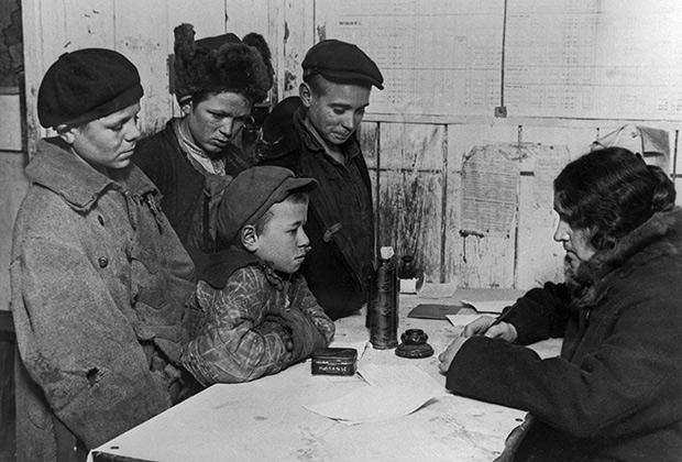 Регистрация бездомных детей в дежурной комнате школы для беспризорных Московского отдела народного образования, 1928 год