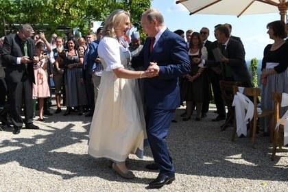 Путин крикнул «Горько!» и уехал со свадьбы в Австрии