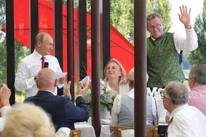 В Кремле рассказали о тосте и подарках Путина на свадьбу главе МИД Австрии