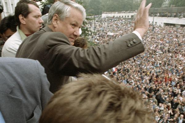 Борис Ельцин приветствует участников митинга у здания Верховного Совета РСФСР