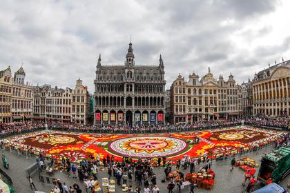 Полуголые активистки растоптали знаменитый цветочный ковер в Брюсселе