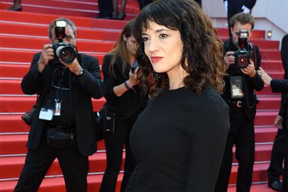 Обвинившую Вайнштейна в изнасиловании актрису обвинили в изнасиловании ребенка
