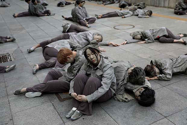 Южнокорейцы участвуют в акции памяти жертв восстания на Чечжу