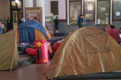 Украинские туристы разбили лагерь на вокзале в знак протеста