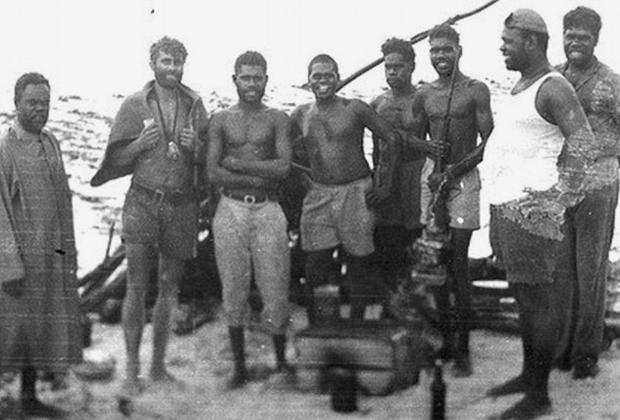 Михаил Фоменко в окружении спасших его туземцев, 1959 год