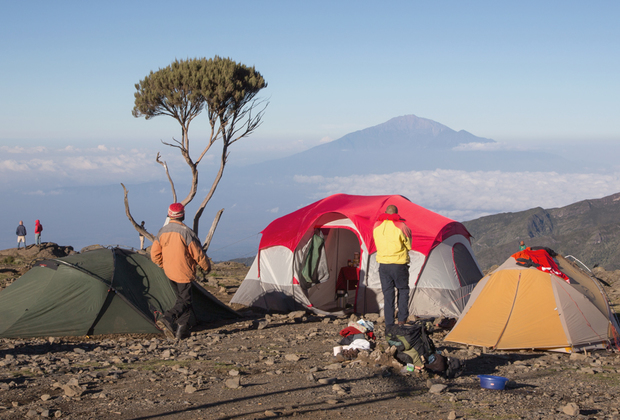 Еще один повод отправиться в Африку для любителей трекинга и хайкинга — гора Килиманджаро. Классическое восхождение на этот стратовулкан высотой 5 тысяч 895 метров и протяженностью 59 километров от ворот Мачаме до лагеря Мвека занимает неделю. Но стоит поторопиться: объем снега на вершине вулкана за последние 100 лет сократился на 80 процентов, а полностью снега Килиманджаро должны растаять по разным оценкам от 2020 до 2040 года.