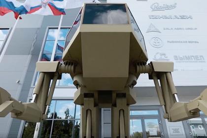 Российского робота «Игорька» заставили приносить блины на лопате