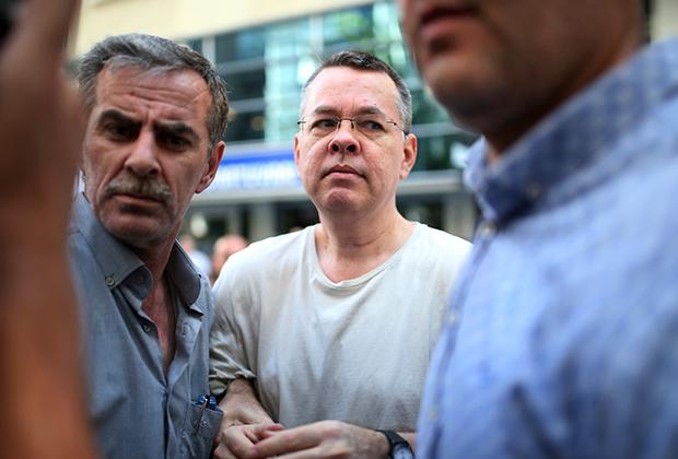 Формальным поводом для охлаждения отношений стал арест турецкими властями пастора-евангелиста Эндрю Брансона и отказ выдать его США