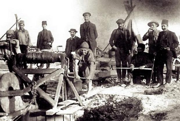 Знаменитый греческий огонь —смесь на основе нефти, которую византийцы использовали для создания прообраза огнемета.