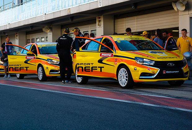 Бензин Аи-100 используется не только гоночной командой Lada Sport, но и всеми остальными участниками чемпионата и Кубка страны по кольцевым гонкам.