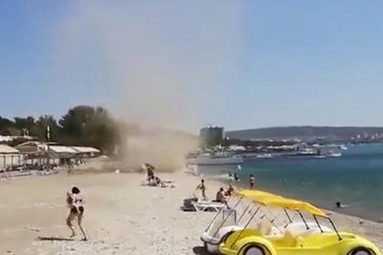 Погнавшийся за туристами в Геленджике смерч попал на видео