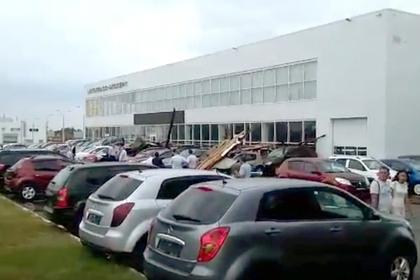 Ветер в Туле сорвал крышу торгового центра и обрушил ее на парковку