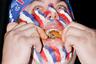 """Спортивному обжорству чуть больше 20 лет. В 1996 году пиарщики Джордж и Ричард Шей решили превратить соревнования любителей хот-догов, которые проводила закусочная Nathan's, в эффектное шоу в духе рестлинга. Они <a href=""""https://lenta.ru/articles/2016/10/11/eaters/"""" target=""""_blank"""">основали</a> Высшую лигу едоков и ввели денежные призы. Вскоре состязания едоков стали показывать по спортивному телеканалу ESPN."""