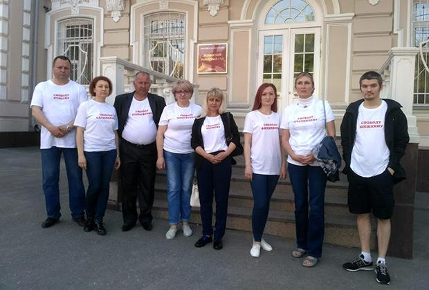 Родственники арестованных по делу «Сети» у Ленинского районного суда Пензы
