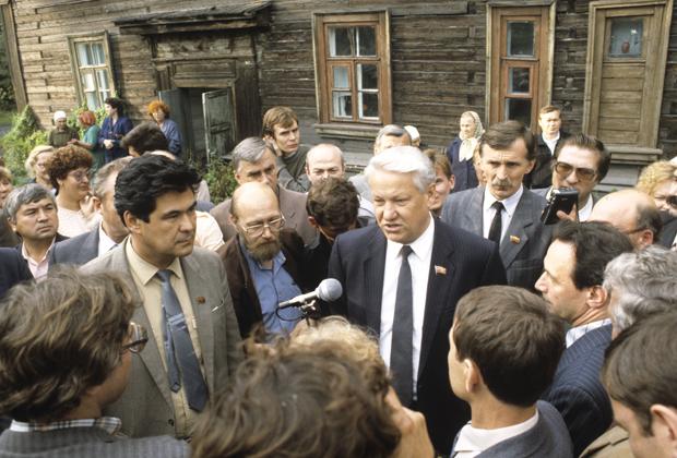 Август 1990 года. Председатель Кемеровского областного совета народных депутатов Аман Тулеев и Председатель Верховного Совета РСФСР Борис Ельцин возле бревенчатого дома, в котором живут шахтеры с семьями.