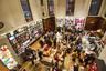 Лондонский Maison Assouline — это что-то с чем-то. Во-первых, здесь не только книжный, но еще и ресторан, где можно отведать, к примеру, коктейль «Чарли Чаплин». Во-вторых, магазин обустроили в старом здании банка. Потолки не просто высокие, а недосягаемые. В-третьих, это одно из немногих открытых для посещения мест, где можно найти книги за несколько тысяч долларов. На туристических форумах побывавшие в Maison Assouline советуют будущим посетителям «выглядеть дорого и разговаривать по-французски».