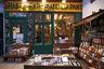 Первый магазин «Шекспир и компания» Сильвия Бич открыла в Париже в 1919 году. В него захаживали Эрнест Хемингуэй, Джеймс Джойс, Фрэнсис Скотт Фитцджеральд и другие именитые труженики пера. В 1940-м, когда французскую столицу оккупировали немцы, книжный магазин закрылся. Говорят, хозяйка отказалась продать немецкому офицеру последнюю книгу Джойса «Поминки по Финнегану». После войны магазин не открылся, но Хемингуэй навсегда увековечил его в романе «Праздник, который всегда с тобой».