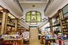 Еще один южноамериканский экземпляр — Puro Verso в Монтевидео. Магазин расположен в здании в стиле ар-деко, построенном в 1917 году по заказу местного мастера-оптика. Наверху — скромный ресторан. На общем фоне этот книжный выделяется особой исторической атмосферой. Здесь тихо и прохладно — что еще нужно уставшему от шумной уругвайской столицы путнику.