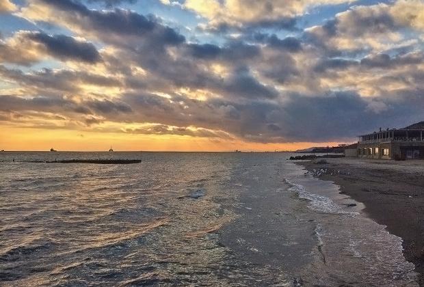 Закаты на берегу Каспийского моря — отдельная песня, ради которой тоже можно заглянуть в Азербайджан
