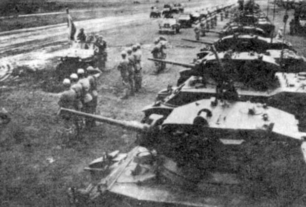 Чан Кайши инспектирует танковый батальон, отличившийся в битве за Цзиньмэнь в годы гражданской войны