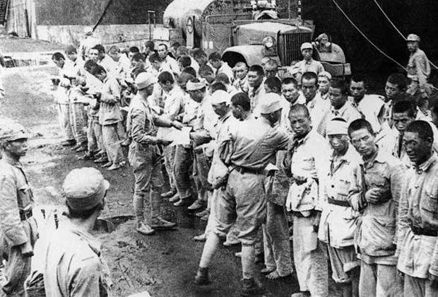 Тайваньские солдаты обыскивают пленных материкового Китая