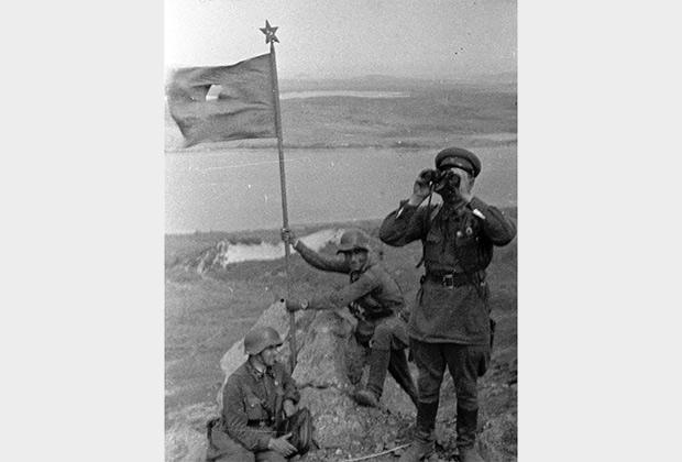 Красноармейцы устанавливают красный флаг на сопке Заозерной. Август 1938 года