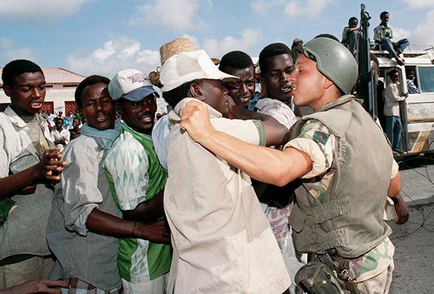 Одной из основных причин, толкающих сомалийцев в ряды боевиков, стало поведение миротворцев. Службу здесь обычно несут солдаты из бедных стран.