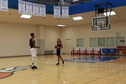 Игрок НБА разгромил девушку в баскетбол на раздевание