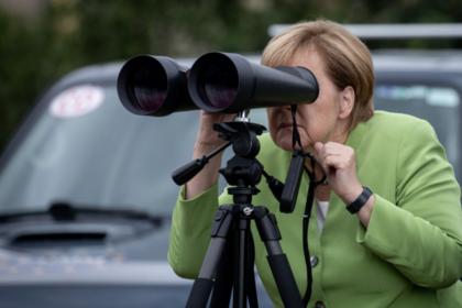 Меркель посмотрела в бинокль на «войска Путина»