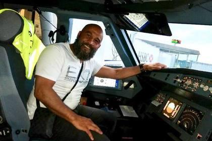 Боксер остановил попытавшегося захватить самолет пассажира