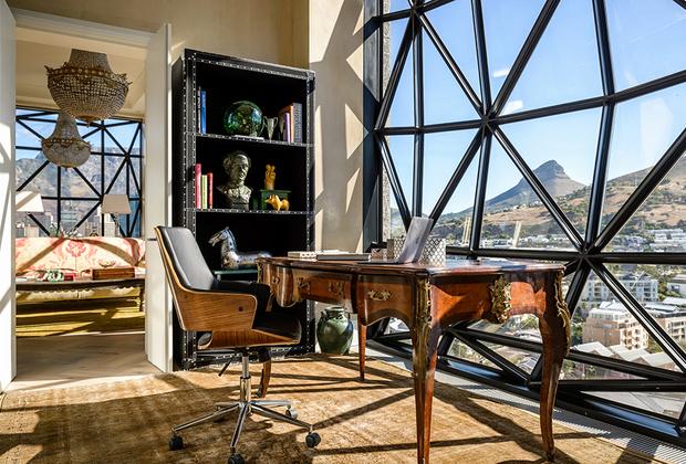 Призером номинации «Лучший дизайн» оказался The Silo Hotel в Кейптауне, ЮАР.  Бутик-отель класса люкс расположился на крыше Африканского музея современного искусства (MOCAA), таким образом предоставляя гостям возможность увидеть коллекцию из трехсот экспонатов современного африканского искусства.  <br><br> Каждый из 28 номеров отеля индивидуально спроектирован владельцем. Их цена варьируется от 800 до 9 000 фунтов стерлингов за ночь. Посетители гостиницы также могут искупаться в бассейне на крыше с видом на Кейптаун.