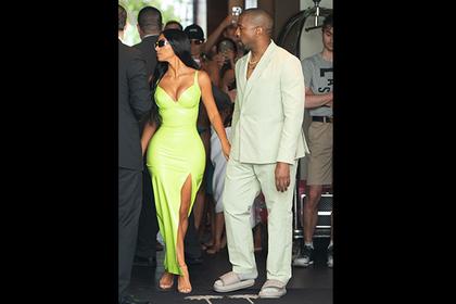 Ким Кардашьян высмеяла мужа за тапки слишком маленького размера