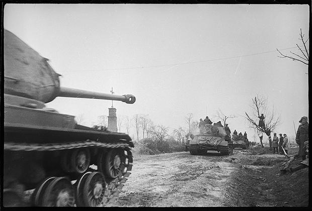 Тяжелый танк героя Советского Союза генерал-майора И.Дремова устремляется в прорыв. 1-й Белорусский фронт, 1944 год.