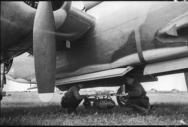 Подвоз бомб к американскому бомбардировщику. 1 июля 1942 года.