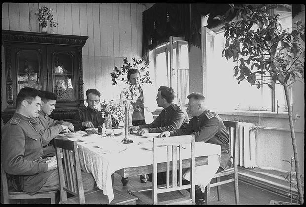 В 8-й авиационной Краснознаменной дивизии особого назначения под командованиемВ.Г.Грачева. В период Великой Отечественной войны экипажи дивизии выполнили более 80 тысяч боевых вылетов, перебросили по воздуху 290 тысяч военнослужащих и более 26 тысяч тонн грузов. Дата съемки неизвестна.