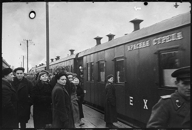 Первый поезд «Красная стрела» после блокады отправляется в Ленинград. Москва. Дата неизвестна.