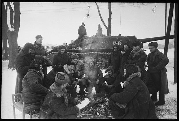 У границ Германии. Во время короткого отдыха самоходчики слушают гвардии майора Шумакова П.Н., который читает свежую газету о грандиозном наступлении Красной армии. 1-й Белорусский фронт, 1944 год.