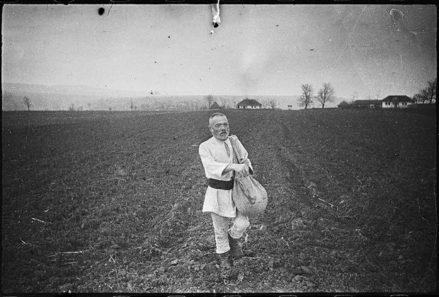 Посев в румынской деревне. 2-й Украинский фронт, 1943 год.