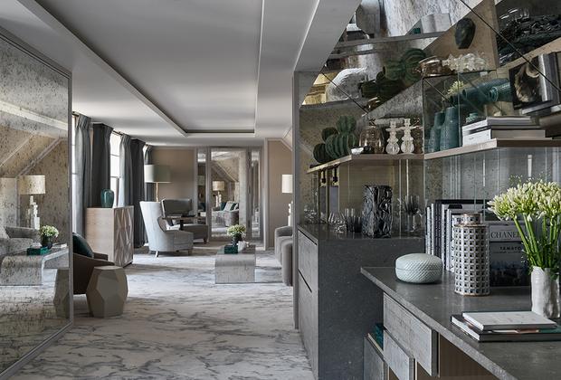 «Лучшим новым отелем», по мнению Virtuoso, оказался парижский Hotel de Crillon. Столь же знаменитый, как и сам город, отель вновь открыл свои двери в 2017 году после реконструкции, на которую было потрачено более 300 миллионов долларов. Среди 124 номеров есть две уникальные комнаты, лично спроектированные дизайнером Карлом Лагерфельдом. Гостям отеля предлагается окунуться в новый подземный бассейн, украшенный золотой плиткой или полюбоваться на площадь Согласия из комнаты Марии-Антуанетты.