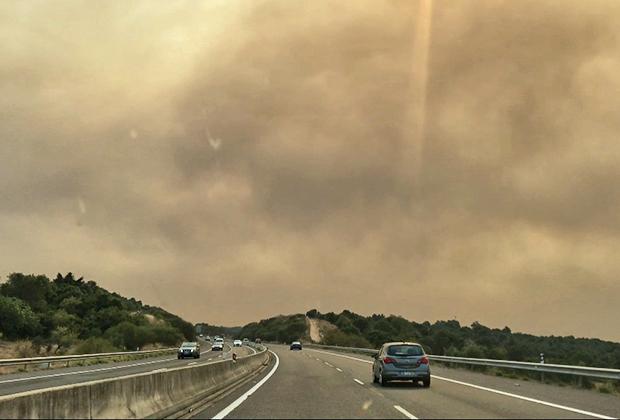 Клубы дыма над трассой в регионе Алгарви в разгар пожаров. Останавливаясь на заправке, мы включали кондиционер на полную мощность — дышать было нечем