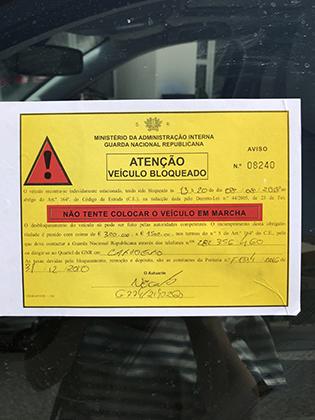 Так выглядит уведомление о штрафе за неправильную парковку, которое вам наклеят на стекло автомобиля