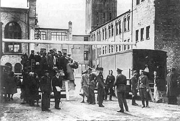 Евреев из Рижского гетто отправляют на принудительные работы